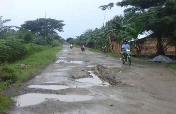 Pengendara sepeda motor melintasi ruas jalan di Desa Bangun Harja yang rusak, yang merupakan jalan poros penghubung antar desa dan kecamatan di Seruyan. BORNEONEWS/PARNEN