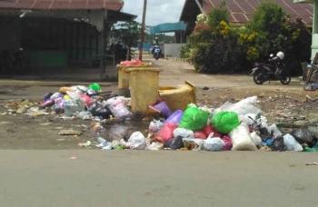 Sampah di Terminal Patanak. BORNEONEWS/JAMES DONNY