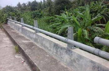 Pipa pagar pengaman jembatan di Desa Bangun Harja raib dicuri. BORNEONEWS/PARNEN