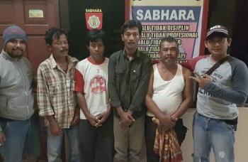 Empat warga Desa Natai Kondang, Kecamatan Permata Kecubung, Kabupaten Sukamara, ditangkap polisi saat sedang berjudi, Sabtu (14/1/2017). (BORNEO/NORHASANAH)