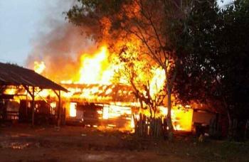 Suasana kebakaran yang mengahanguskan dua rumah warga di Desa Patai, Kecamatan Cempaga, Kabupaten Kotawaringin Timur, Minggu (15/1/2017). (BORNEONEWS/M HAMIM)