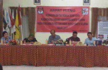 Rapat Pleono KPU Barito Selatan, Minggu (15/1/2017) malam. (BORNEO/URIUTU)