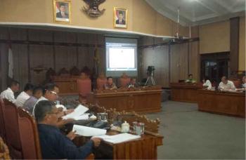 Badan Legislasi DPRD Kotawaringin Timur membahas Raperda bersama dengan tim Pemkab Kotim, di ruang paripurna DPRD Kotim, beberapa waktu lalu. Tahun ini Baleg merencakan menyelesaikan 18 Raperda. BORNEONEWS/M. RIFQI