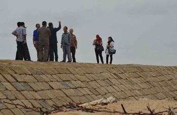 Anggota Komisi IV DPRD Kotawaringin Timur saat meninjau abrasi Pantai Ujung Pandaran, Kecamatan Teluk Sampit, Kotim, beberapa waktu lalu. BORNEONEWS/M. RIFQI