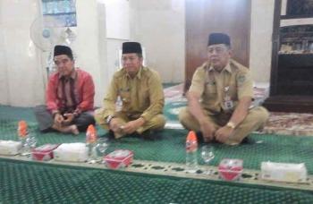 Bupati Seruyan, Sudarsono (tengah) mengikuti kegiatan siraman rohani dan pengajian, di Masjid Nurul Yaqin Kuala Pembuang, Senin (16/1/2017). BORNEONEWS/PARNEN