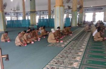 Pegawai Pemkab Seruyan mengikuti kegiatan siraman rohani dan pengajian, di Masjid Nurul Yaqin Kuala Pembuang, Senin (16/1/2017). BORNEONEWS/PARNEN