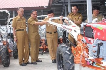 CEK ALSINTAN : Gubernur Kalteng Sugianto Sabran sat mengecek Alsintan di kantor Distanak. BORNEONEWS/ROZIKIN