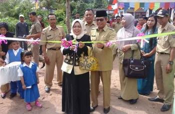 Bunda PAUD Seruyan, Ratna Mustika Sudarsono memotong pipa tanda diresmikannya pengoperasionalan bangunan PAUD di Desa Pematang Limau, Senin (16/1/2017). BORNEONEWS/PARNEN
