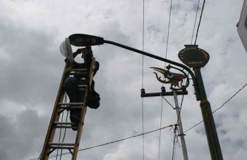 Petugas PLN sedang memperbaiki lampu penerangan jalan. BORNEO/WAHYU KRIDA