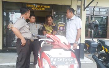 Kapolsek Ketapang Kompol Purwanto Hary Subekti bersama anggota sedang mengekspose pelaku penggelapan sepeda motor, Senin (16/1/2017). BORNEONEWS/M. HAMIM