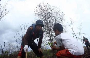 Penanaman pohon di eks lokasi kebakaran kawasan Beguruh, Taman Nasional Tanjung Puting. BORNEONEWS/WAHYU KRIDA