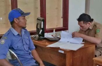 Salah satu pekerja di Kabupaten Sukamara saat memperpanjang kartu kuning miliknya di Dinas Tenaga Kerja dan Transmigrasi Sukamara. BORNEONEWS/NORHASANAH