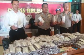 Kapolres Kotim AKBP Hendra Wirawan didampingi Waka Kompol Bronto Yudiono dan Kasat Narkoba AKP Wahyu Edi Prianto mengekspos tangkapan zenith, Senin (16/1/2017). BORNERONEWS/M. HAMIM