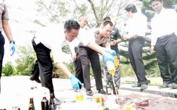 Pemusnahan barang bukti minuman keras di Polres Lamandau. BORNEONEWS/HENDI NURFALAH