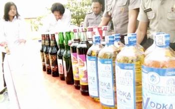 Polres Lamandau menunjukkan minuman keras yang berhasil mereka amankan. BORNEONEWS/HENDY NURFALAH