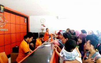 MENUNGGU - Ratusan warga Kecamatan Arsel menunggu antrean di Kantor Pos untuk mengambil dana PKH. BORNEO/FAHRUDDIN FITRIYA