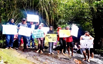 Pegawai Disbudparpora Kabupaten Barito Utara meninjau lokasi air terjun Jantur Jalitung di Desa Lemo I, Kecamatan Teweh Tengah, Minggu (15/1/2017). (BORNEO/RAMADHANI)
