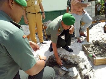 Dandim 1016/Plk Letkol Czi Alfius Nafirinda Krisdinanto saat meletakan batu pertama pembangunan musala di Koramil 1016-01/Pahandut, Senin (16/1/2017). (BORNEO/BUDI YULIANTO)