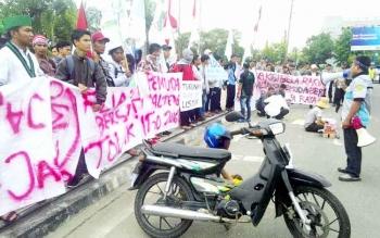 Puluhan mahasiswa demo terkait terbitnya Peraturan Pemerintah Nomor 60 Tahun 2016 di Bundara Besar Palangka Raya, Kamis (12/1/2017) sekitar pukul 14.30 WIB. (BORNEONEWS/BUDI YULIANTO)