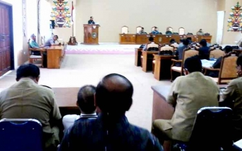 RAPAT : Suasana rapat paripurna DPRD dengan agenda penyampaian hasil reses anggota dewan, Senin (16/1/2017). BORNEONEWS/ABDUL GOFUR
