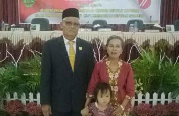 Anggota DPRD Bartim, Unriu Ngubel bersama istri dan cucunya di sela kegiatan di dewan