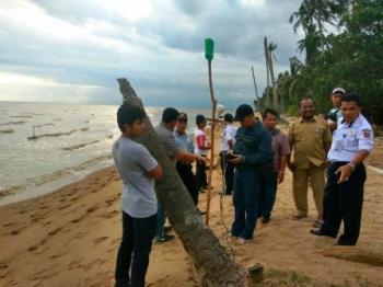 TENTUKAN KOORDINAT - Tim Pra studi saat menentukan titik koordinat rencana pembangunan tol laut di Desa Sabuai Barat. DOK. BORNEONEWS