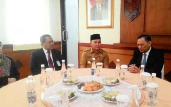 MAKAN BERSAMA : Gubernur Bank Indonesia Agus DW Martowardojo (kanan) duduk bersama dengan Gubernur Kalteng H Sugianto Sabran (tengah) dan Mantan Kepala Kantor Perwakilan Bank Indonesia Kalteng Muhamad Nur (kiri) duduk satu meja di ruang VIP Bandara Tjilik