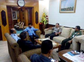 BERDIALOG : Wakil Gubernur Kalteng, Habib Said Ismail berdialog dengan anggota Dewan Ketahanan Nasional di ruang kerjanya, Selasa (17/1/2017) pagi. BORNEONEWS/ROZIQIN
