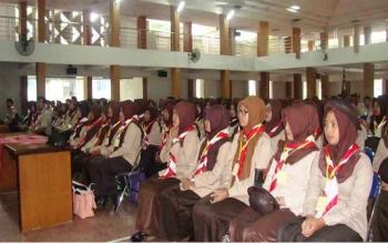 Sebanyak 326 mahasiswa Prodi Pendidikan Guru Sekolah Dasar FKIP Universitas Muria Kudus, mengikuti Kursus Pembina Pramuka Mahir Tingkat Dasar (KMD), di Auditorium Kampus UMK, Selasa (17/1/2017). BORNEONEWS/HUMAS UMK/ROSIDI