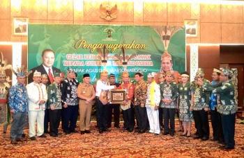 DAD Kalteng menganugerai gelar Mantir Hai Panambahan kepada Gubernur BI Agus Martowardojo, Selasa (17/1/2017). BORNEONEWS/TESTI PRISCILLA