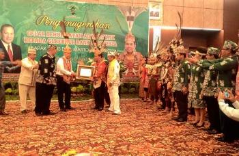 Gubernur BI Agus Martowardojo mendapat penganugerahan gelar dari Dewan Adat Dayak Kalimantan Tengah, Selasa (17/1/2017). BORNEONEWS/TESTI PRISCILLA