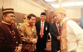 BERCENGKRAMA- Haji Abdul Rasyid, pengusaha basional (baju batik) bercengkerama dengan Gubernur Bank Indonesia Agus BW Martowardoyo (baju putih) yang baru saja dianugerahi Gelar Adat Dayak sebagai Mantir Hai Panambahan, Selasa (17/1/2017). BORNEONEWS/TESTI