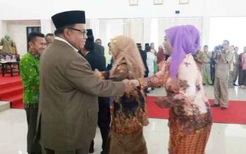 Bupati Sukamara, Ahmad Dirman memberikan ucapan selamat kepada pejabat yang telah dilantik, Selasa (17/1/2017). BORNEONEWS/NORHASANAH
