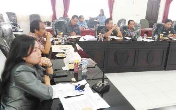 RAPAT : Wakil Ketua II DPRD Gumas Ristawati T Alang bersama Ketua Komisi I Tatau Arnold Pisy memimpin RDP membahas masalah ganti rugi lahan, Selasa (17/1/2017). BORNEONEWS/EPRA SENTOSA