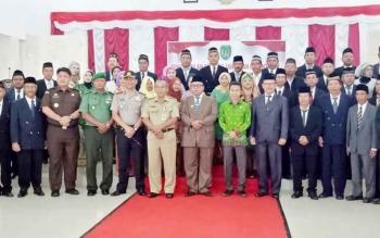 Bupati Sukamara Ahmad Dirman berfoto bersama pejabat yang baru dilantik, Selasa (17/1/2017). BORNEONEWS/NORHASANAH