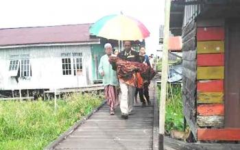 Korban Raisa sesaat setelah dibawa dari Pustu Kelurahan Raja Seberang.