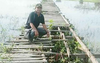 Anggota DPRD Kabupaten Barito Selatan Anwar Supiansyah meninjau jembatan titian petani di Kelurahan Mangkati, Kecamatan Dusun Hilir, yang rusak parah, Senin (16/1/2017). (BORNEO/URIUTU)