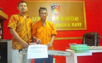 Tomi Pang alias Apang (kanan), tersangka pencuri chainsaw. (BORNEONEWS/BUDI YULIANTO)