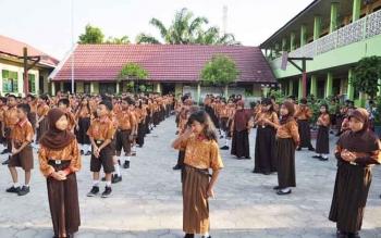 Sejumlah siswa ketika berbaris di halaman sekolah mereka. BORNEONEWS/M RIFQI