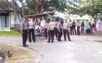 Polisi menjaga ketat tempat rekonstruksi pembunuhan Geby. (BORNEOENWS/URIUTU)