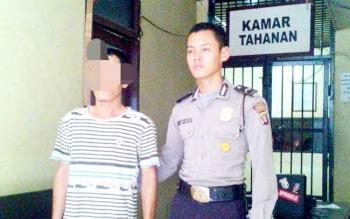 Polisi mengamankan tersangka budak sabu berinisial AN. (BORNEO/BUDI YULIANTO)