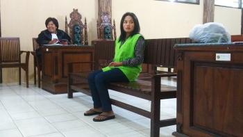 DISIDANG- Mia Trihati menjalani sidang di Pengadilan Negeri Palangka Raya, Selasa (17/1/2017). BORNEONEWS/RONI SAHALA