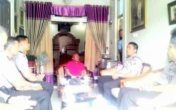 Kapolres Kapuas AKBP Jukiman Situmorang bersama jajarannya silaturahim ke kediaman Ketua FKUB Kabupaten Kapuas, Masyumi Raivai, Selasa(17/1/2017).