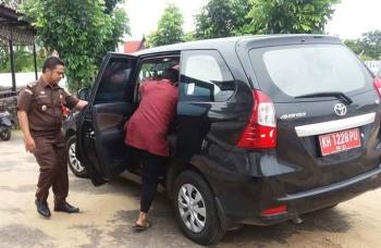 Kades Gantung Pengayuh, Kecamatan Seruyan Tengah, Kabupaten Seruyan, MK, bergegas masuk mobil yang akan membawanya ke LP Sampit, Senin (17/1/2017). BORNEONEWS/PARNEN