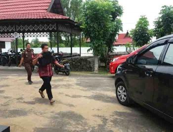 Tersangka MK, Kepala Desa Gantung. Kecamatan Seruyan Tengah, Kabupaten Seruyan, saat berlari menuju mobil yang akan membawanya ke LP Sampit, Selasa (17/1/2017). BORNEONEWS/PARNEN