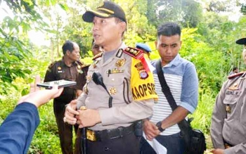 Kapolres Barsel AKBP Yussak Angga memberikan keterangan dalam rekonstruksi kasus pembunuhan Geby di TKP. (BORNEONEWS/URIUTU)