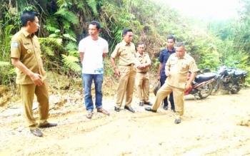 Bupati Barito Utara Nadasyah (kiri) meninjau jalan Km 52-55. (BORNEONEWS/RAMADHANI)\\r\\n