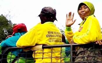 Petugas pasukan kuning yang tadinya berada di bawah Dinas PU Kobar, kini berada di Dinas Lingkungan Hidup Kobar. BORNOENEWS/CECEP HERDI