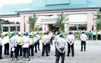Puluhan anggota Polres Katingan, TNI dan Satpol PP saat mendapat pengarahan Kabag Ops Polres Katingan sebelum mengamankan aksi demo beberapa hari lalu. BORNEONEWS/ABDUL GOFUR