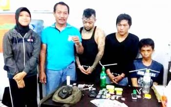 Kasat Narkoba Polres Kobar, Iptu Kariatmono menunjukkan barang bukti narkoba. BORNEONEWS/CECEP HERDI